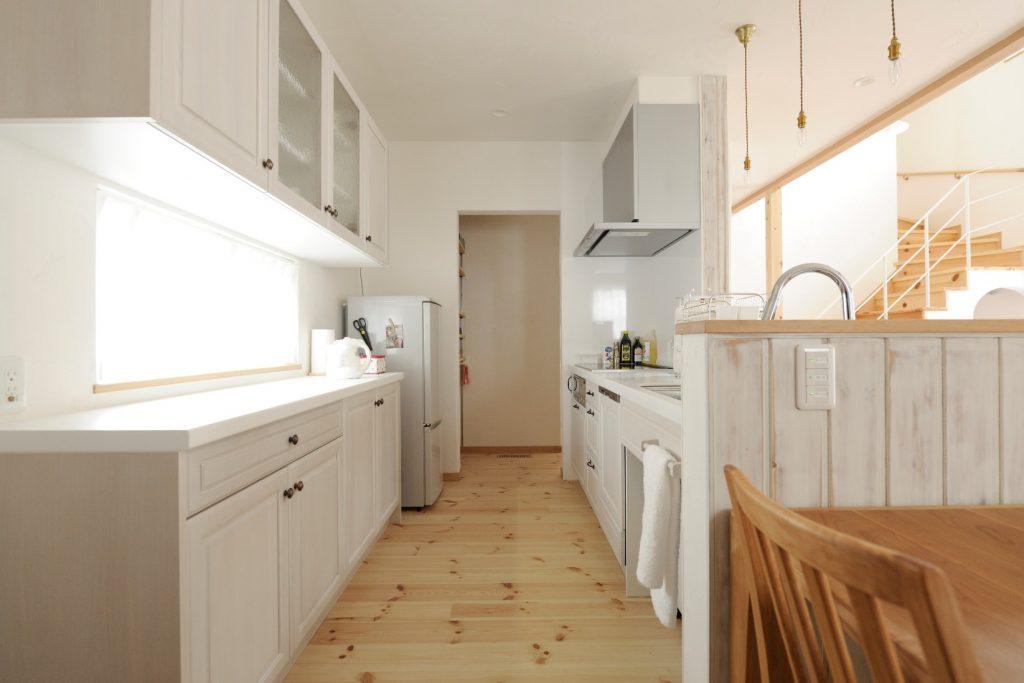 キッチンの奥には通り抜けできる便利なパントリー