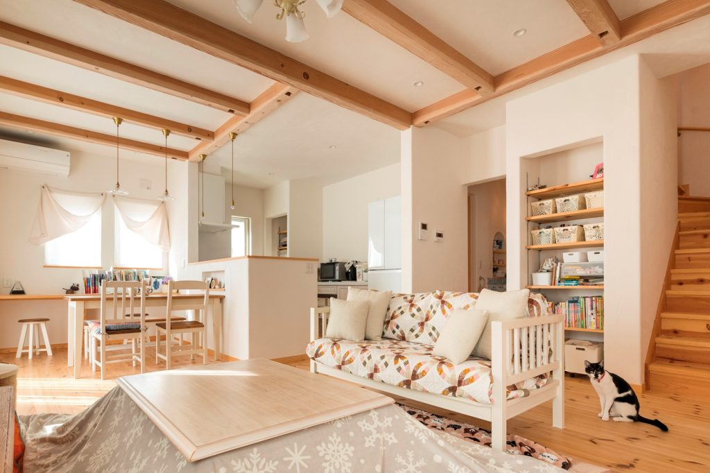 家族が集まる居心地の良いリビング 造りつけの本棚は部屋との一体感もあって◎
