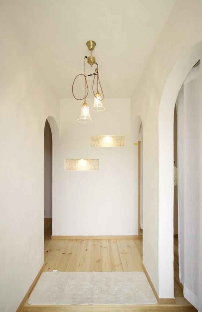 照明とニッチがかわいい玄関