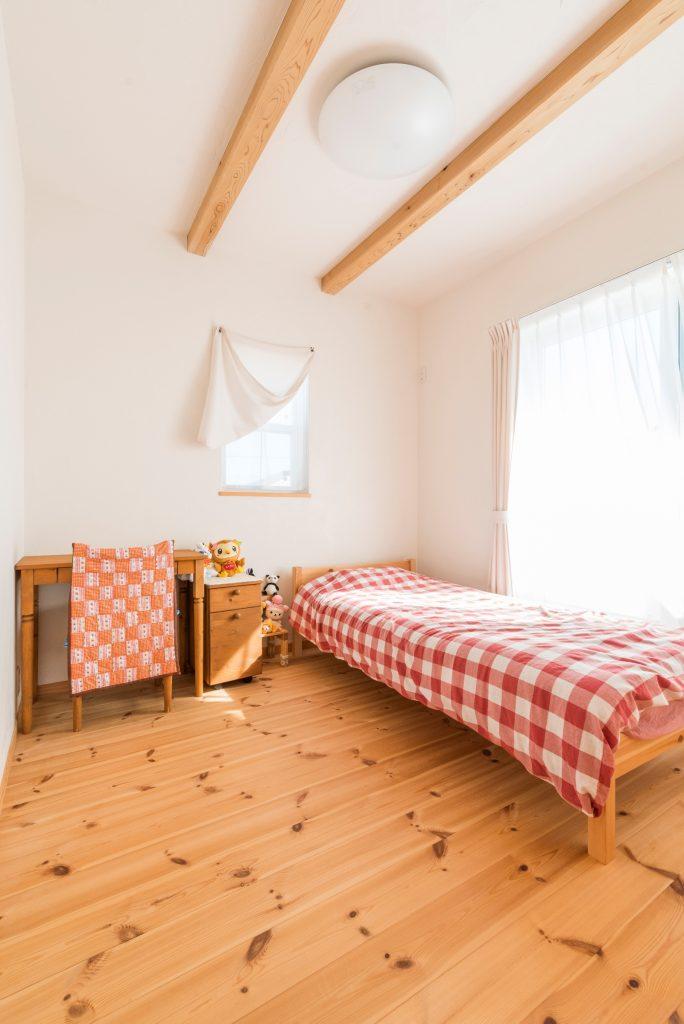 梁見せ天井で高さを確保 白い塗り壁との相乗効果で空間を広く感じられる子供部屋