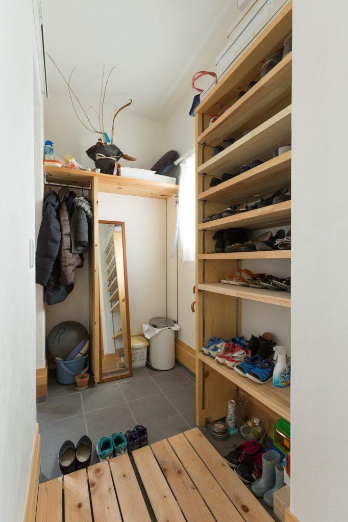 靴に合わせて高さ調節できる 可動式シューズラック