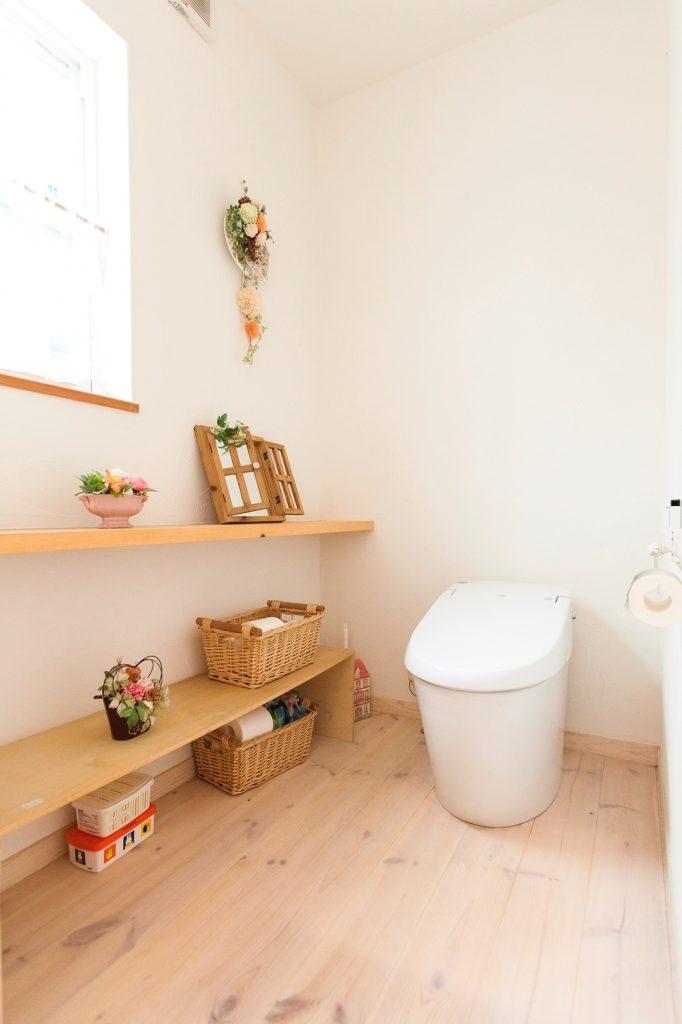 造りつけの棚が便利な広々としたトイレ