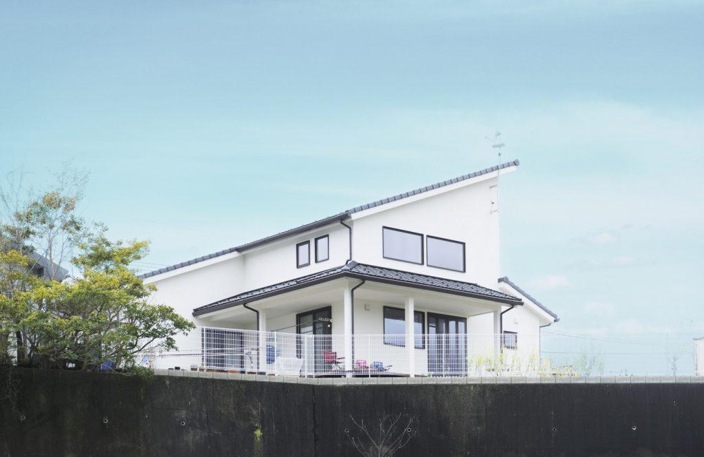 白い外壁に屋根の傾斜が美しい外観