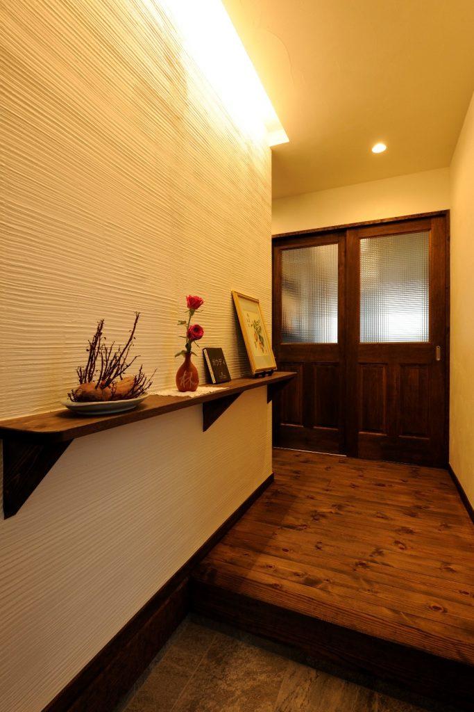 間接照明と漆喰の雰囲気漂う玄関ホール