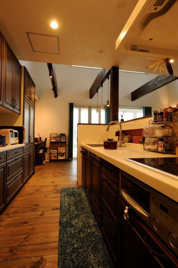 ニッチの赤いタイルが可愛くて使い勝手のいいキッチン