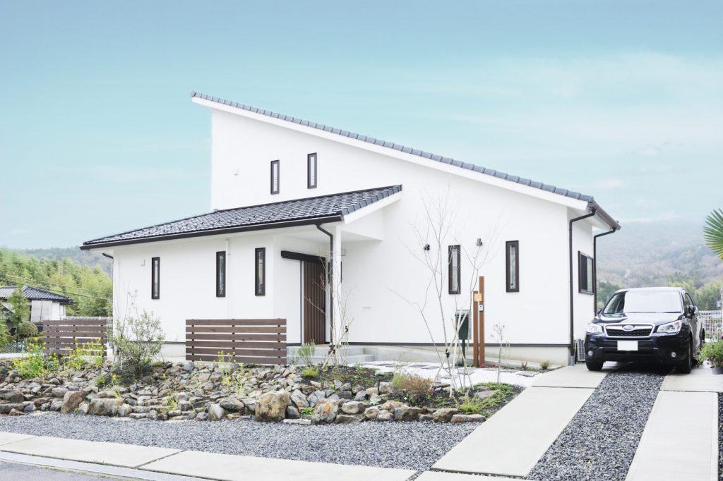 自然素材の美空間でゆったりと過ごす 高台にあるお家