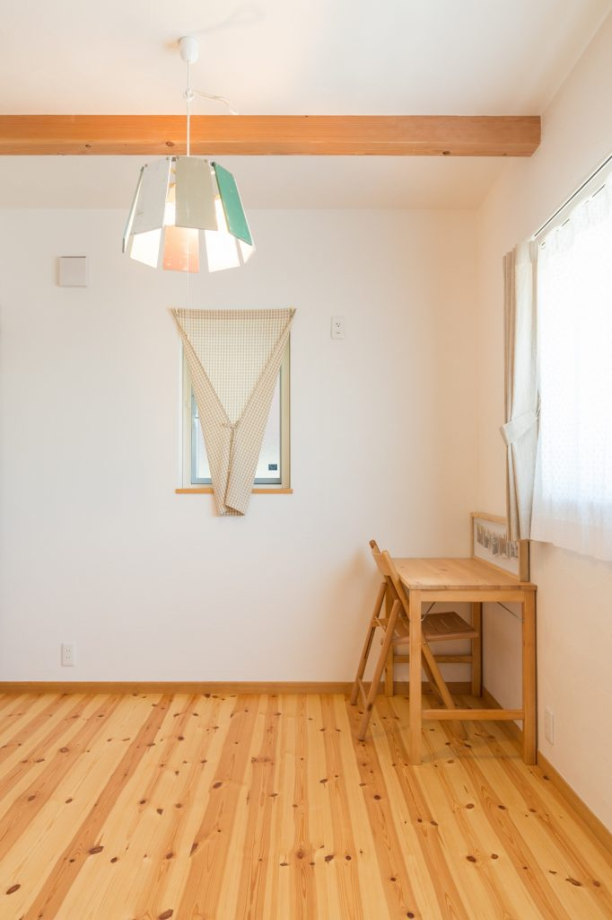 個性的な照明がマッチしたかわいい子ども部屋