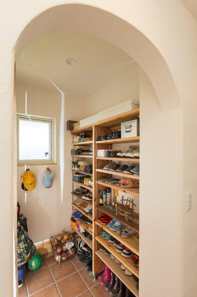 家族全員の靴がスッキリ収納できるシューズクローク