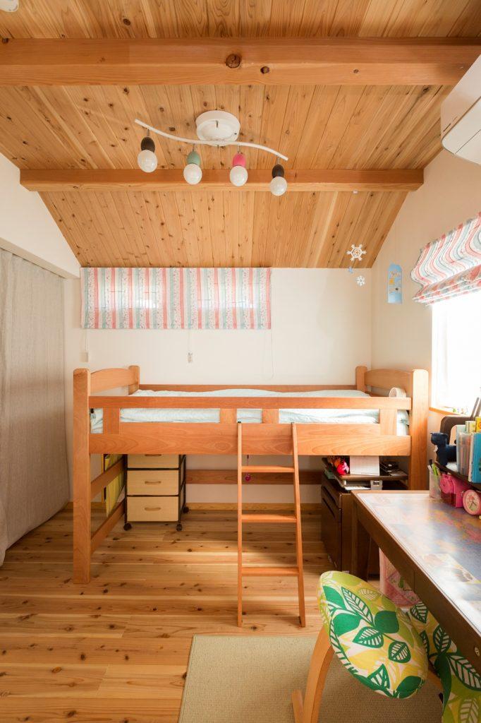 可愛らしいインテリアに囲まれた子ども部屋