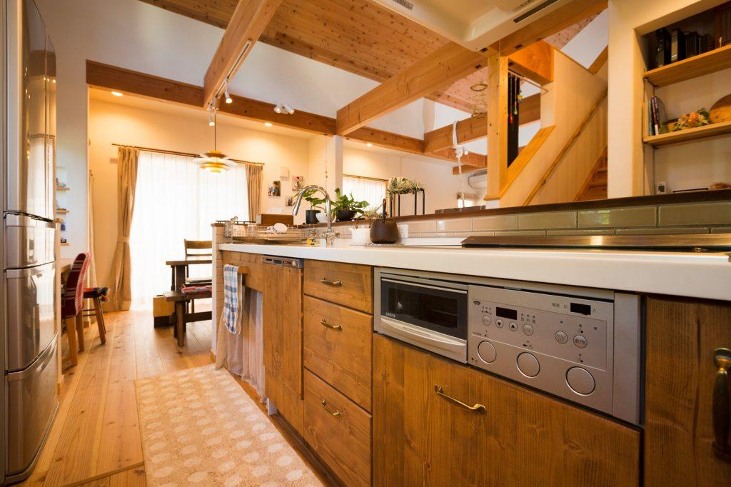 吹抜けの開放感とLDKを身近に感じられるキッチン