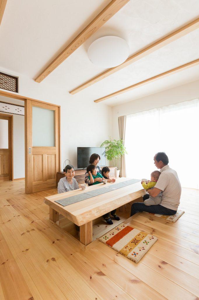 家族みんなで座れる 一枚板で作られた掘りごたつ式のテーブル