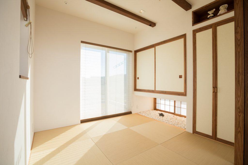 濃い色の梁がアクセントのシンプルな和室