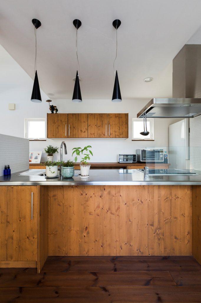 ステンレスの天板が美しいオープンキッチン