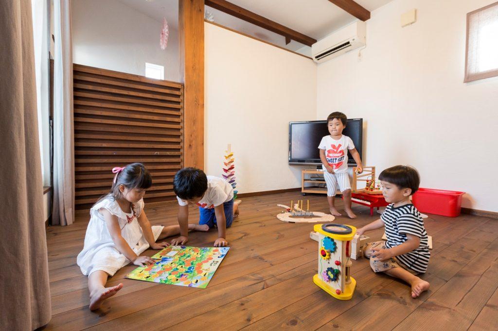 レッドシダーの羽目板がアクセントの子ども部屋