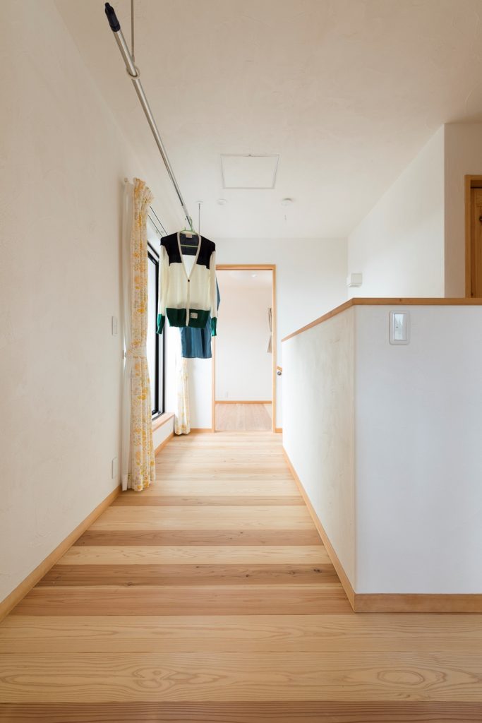 2階ホールは便利な室内干しスペース
