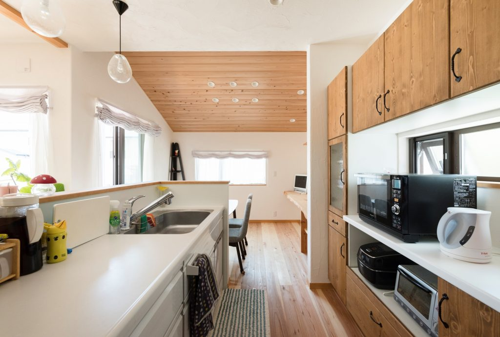 ダイニングの板張り天井に癒されるキッチン