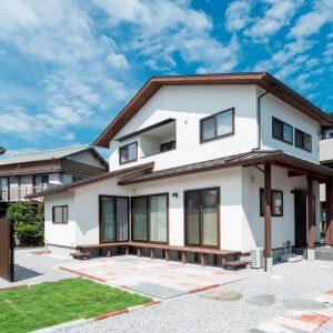L字型の縁側に笑顔あふれる陽だまりの家