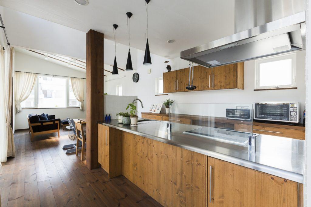 オープンキッチンが魅力!自然光に包まれたおもてなしハウス