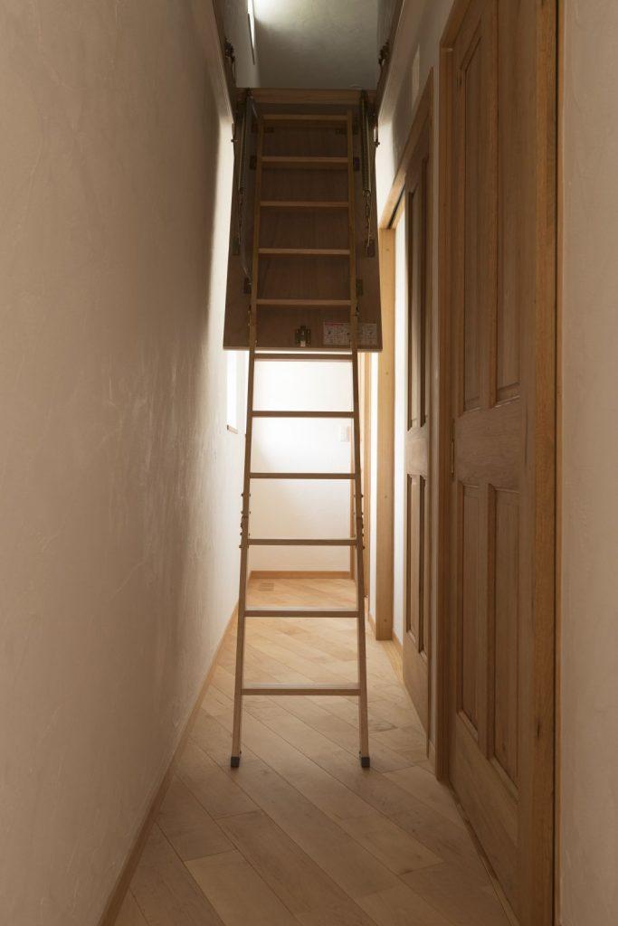 小屋裏収納へつづく秘密の階段