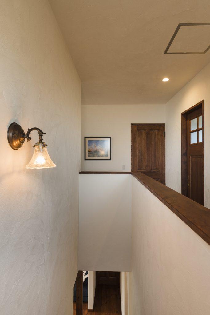 照明の灯りが真っ白な塗り壁を照らす