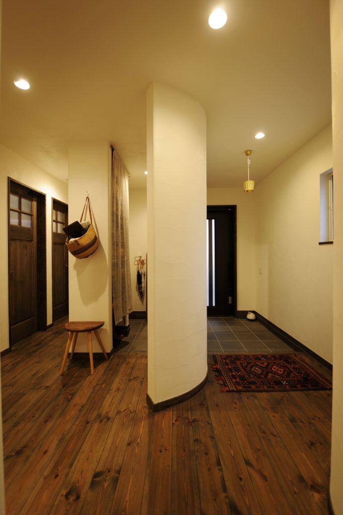 緩やかな曲線が美しい玄関とシューズクローク