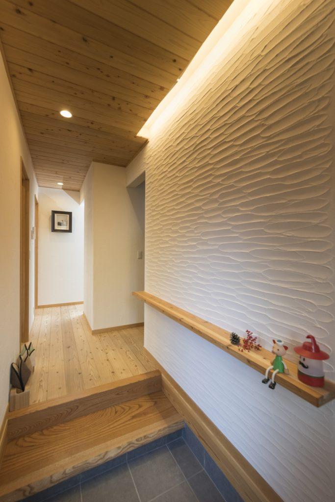 美しいスペイン漆喰とけやきの板を使った式台の玄関