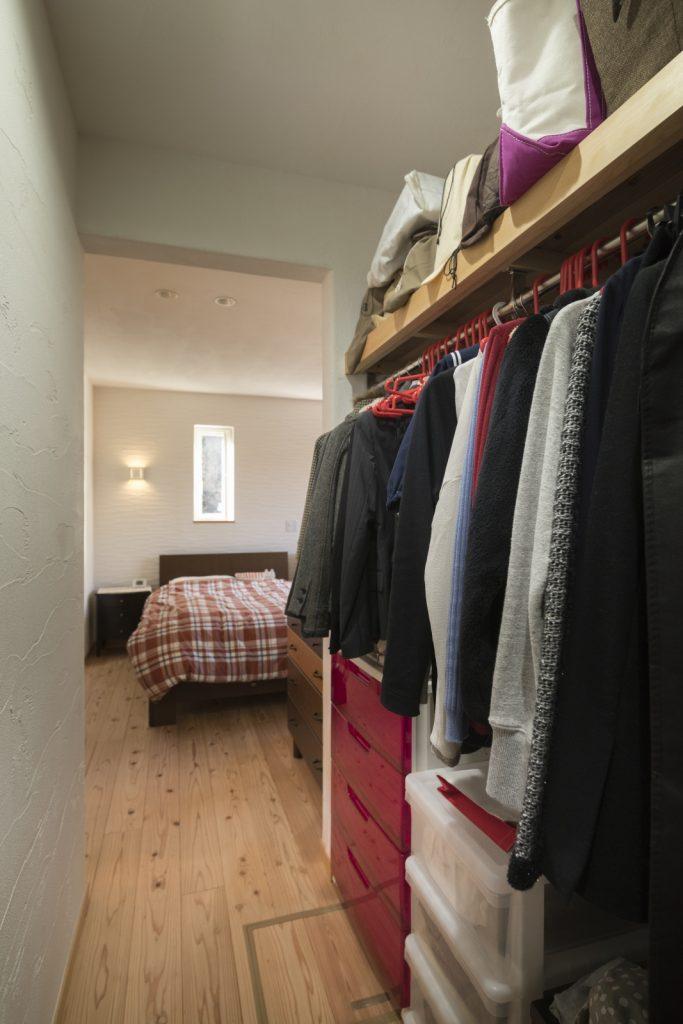 寝室の隣は大容量ウォークインクローゼット
