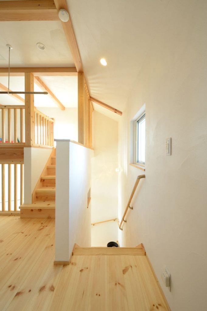 [リビング⇔2階ホール⇔ロフト]を繋ぐ階段