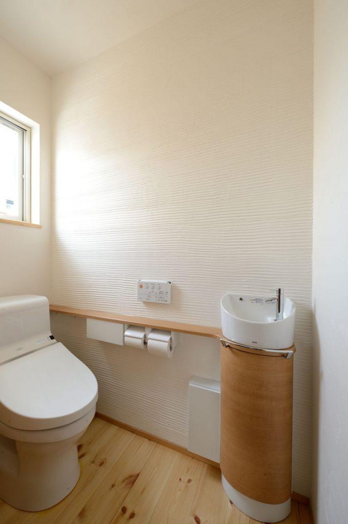 塗り壁が印象的なトイレ