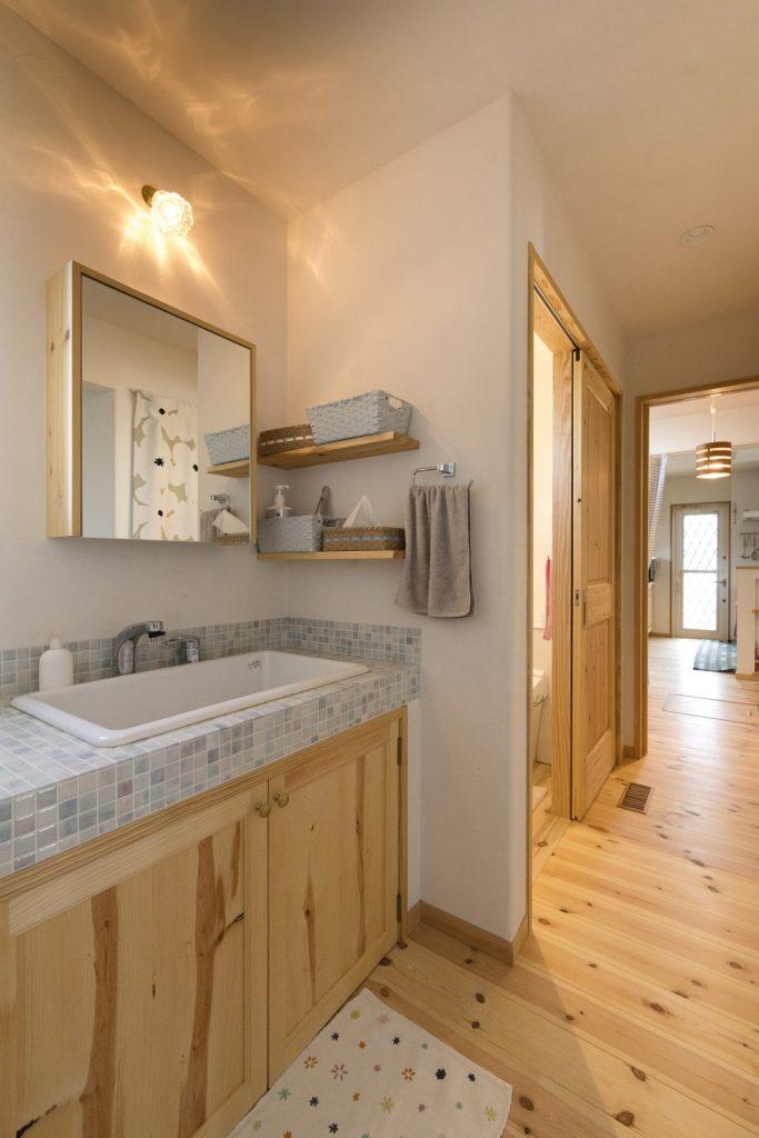 モザイクタイルがかわいい独立式の洗面台