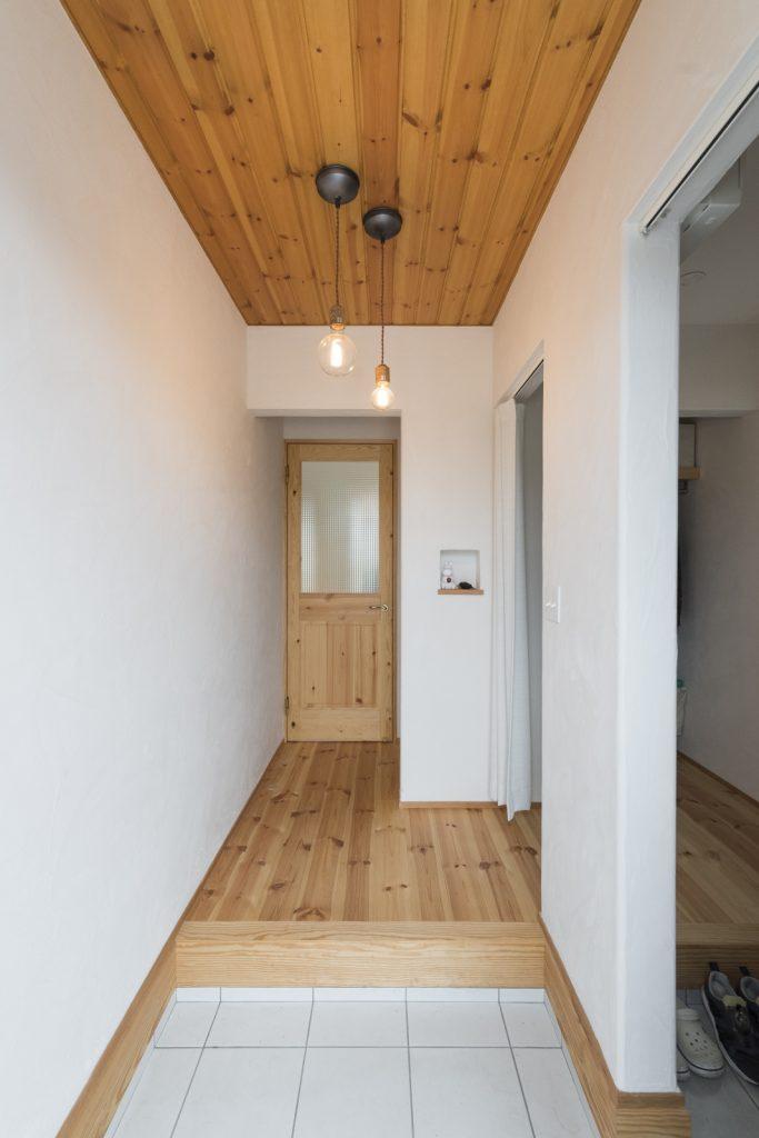 シンプルな板張り天井の玄関