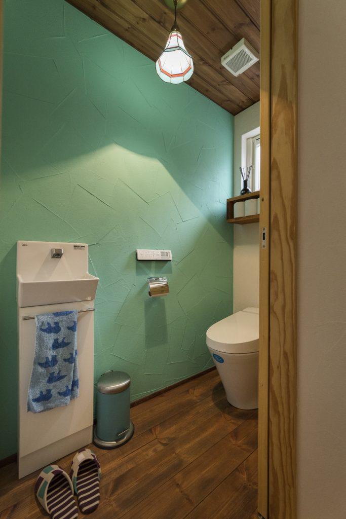 グリーンの漆喰壁!おしゃれなトイレ