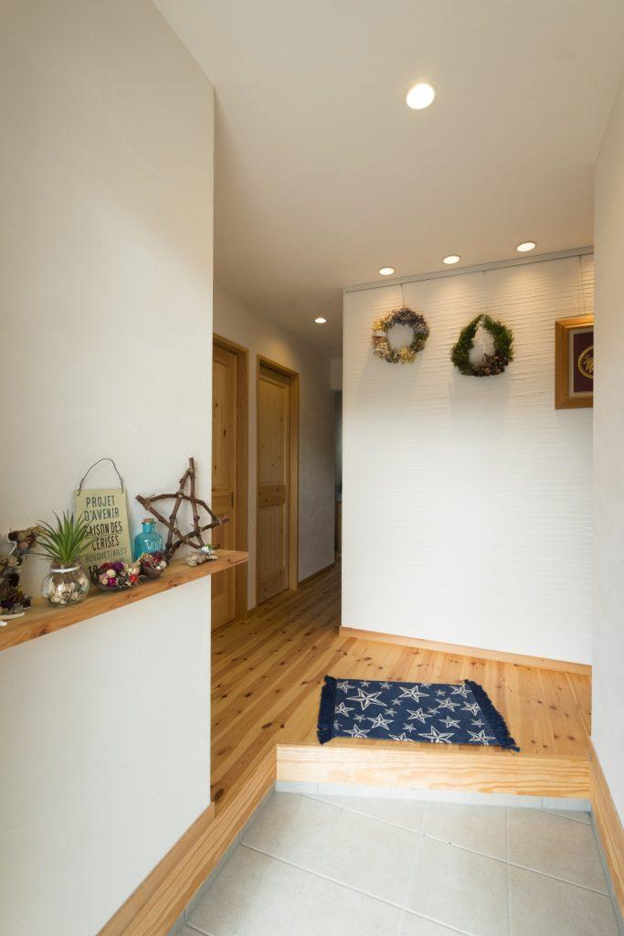 シンプルな漆喰壁にインテリアが◎玄関ホール