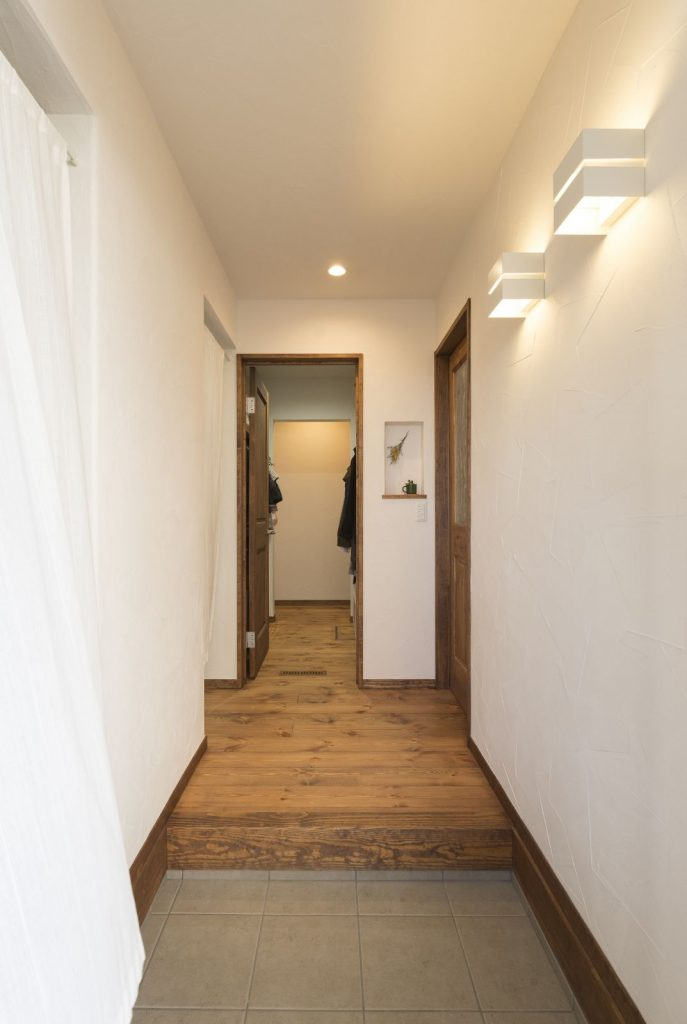 塗り壁が映えるシンプルな玄関ホール