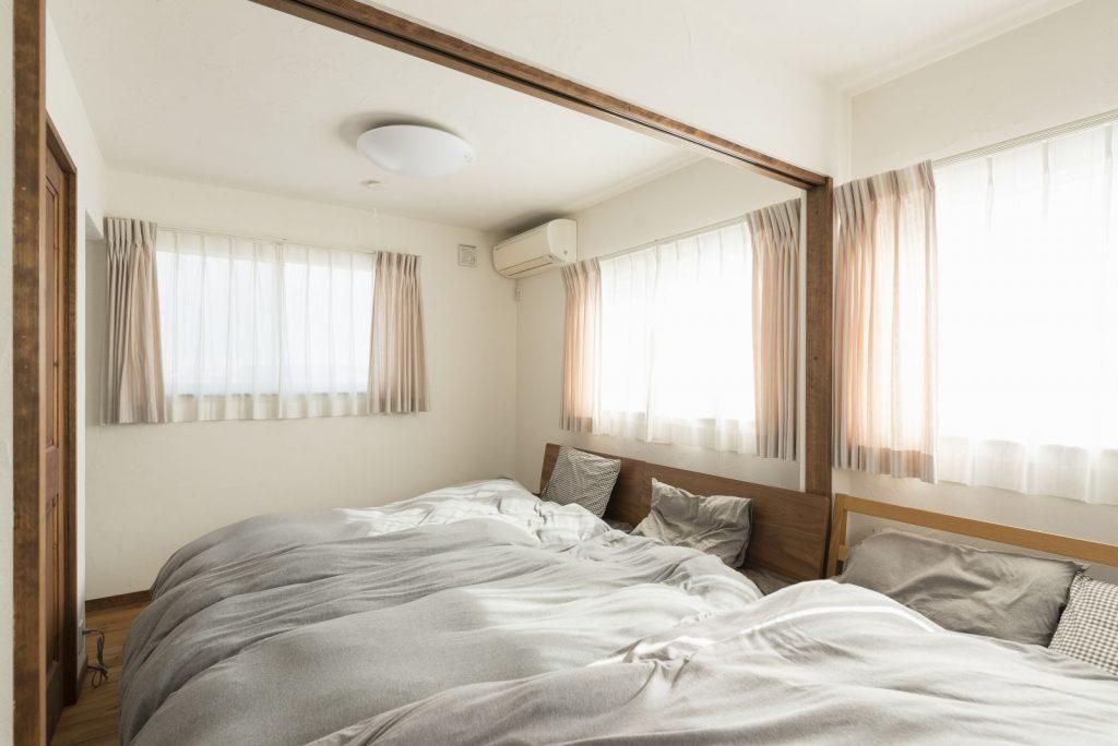 家族分のベッドが並ぶ仕切れる子ども部屋
