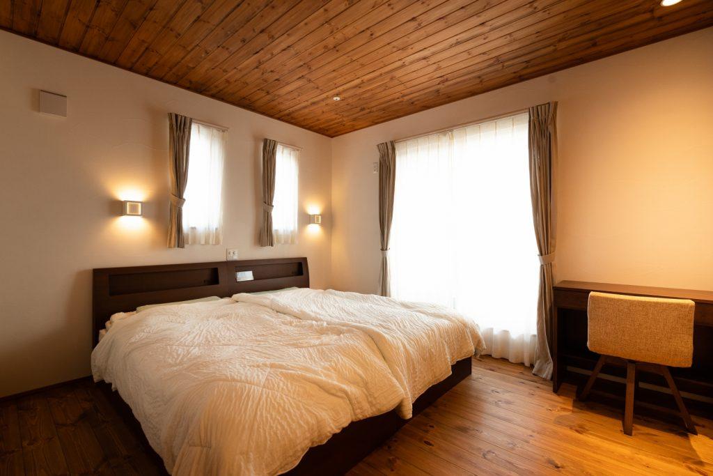 板張り天井でぐっすり眠れる寝室