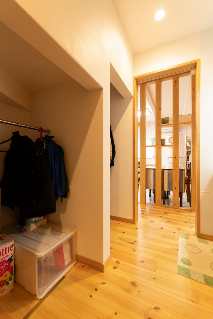 家族動線上にある使いやすい階段下収納