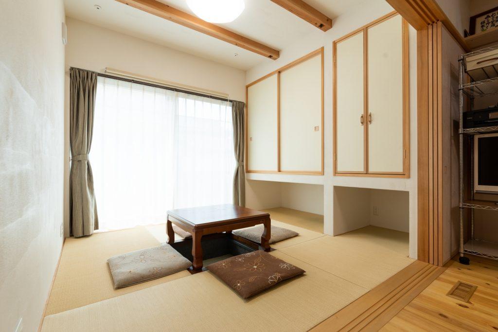4.5畳より広く感じる吊り収納の和室