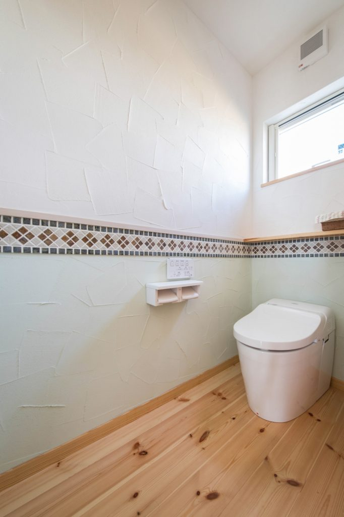 タイル×塗り壁のおしゃれなトイレ