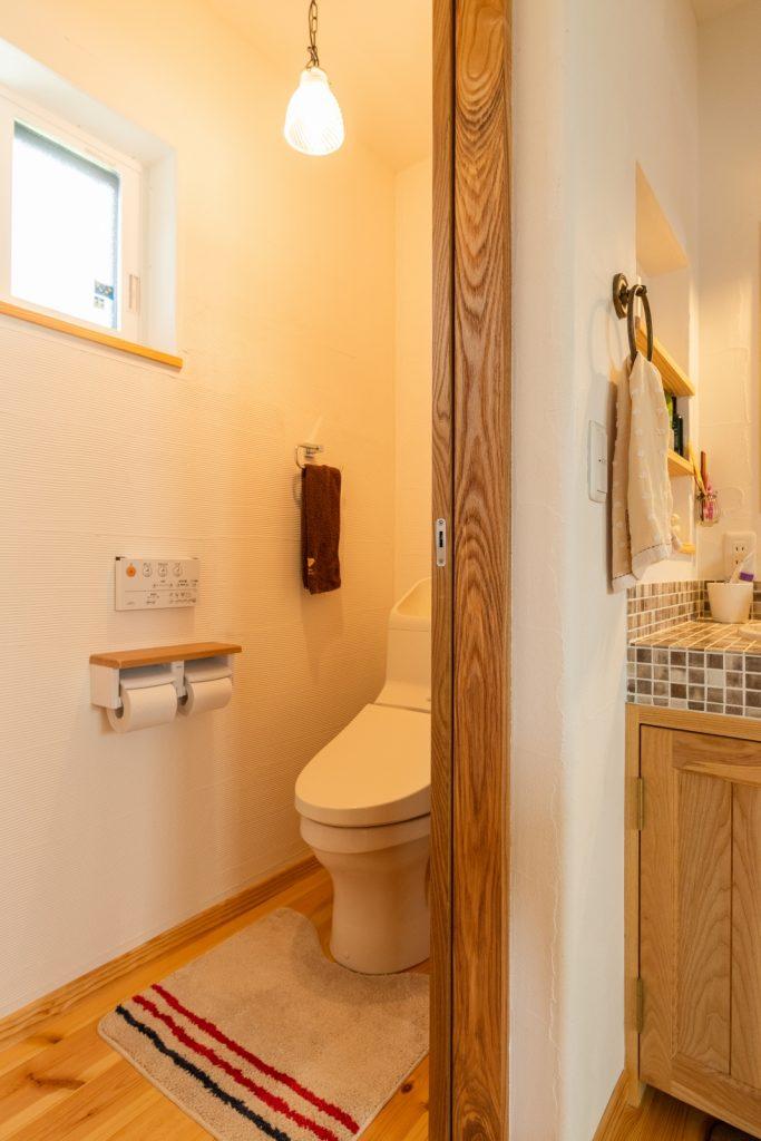 味のあるスペイン漆喰壁のトイレ