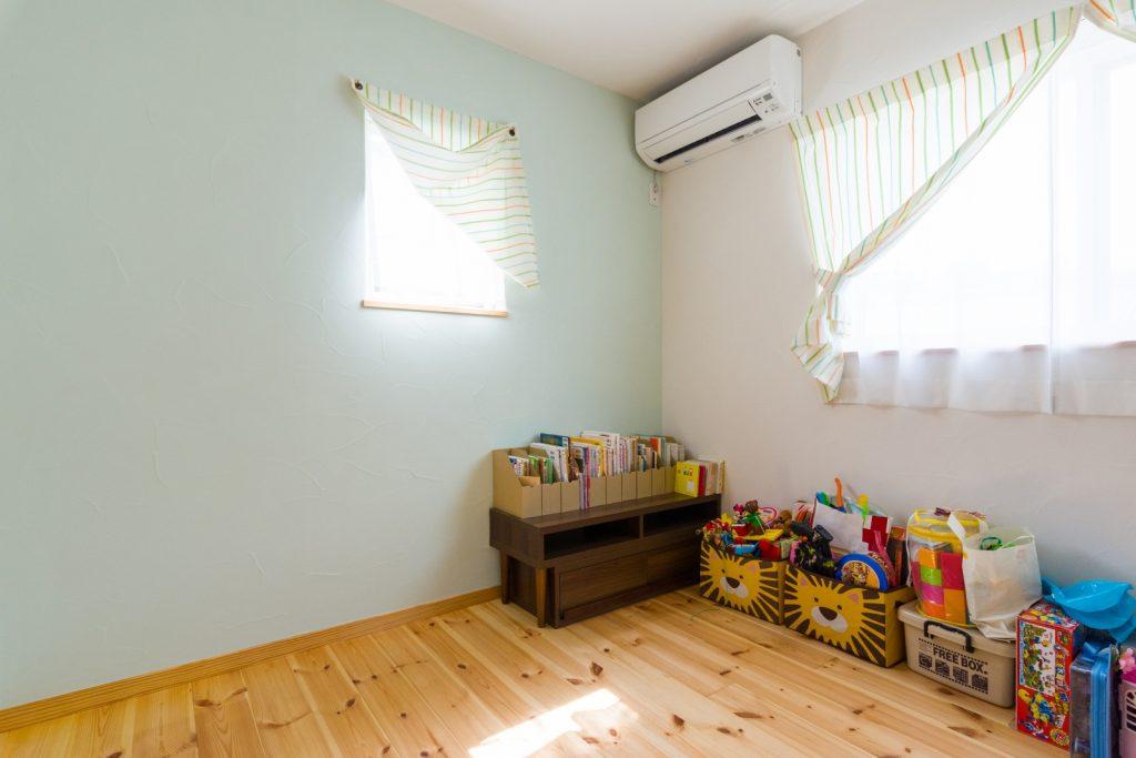 漆喰壁×無垢フローリングの子ども部屋