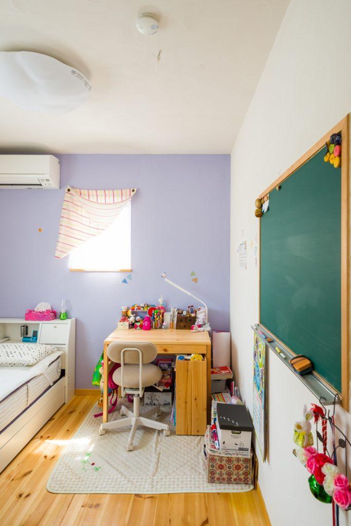 やさしいラベンダー色の漆喰壁
