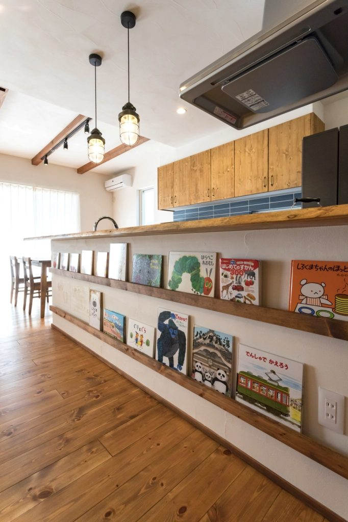 絵本が飾れるキッチンカウンター