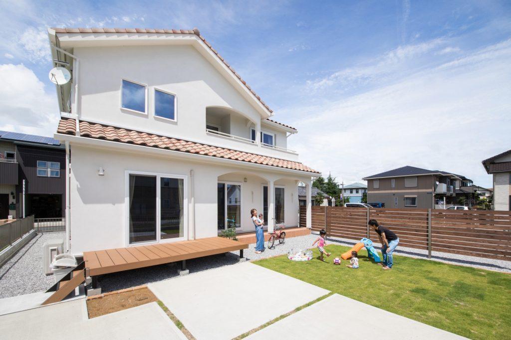 青空とお庭が似合う!屋根付きテラスのプロヴァンス住宅