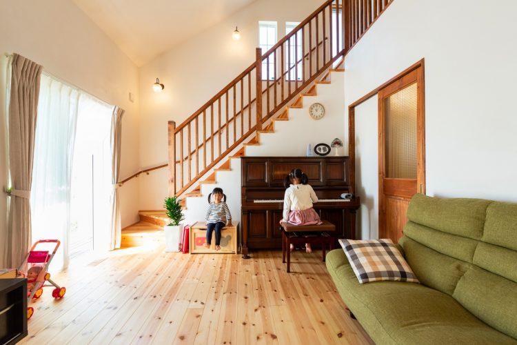 勾配天井の吹抜けLDKアップタウンのピアノがマッチ