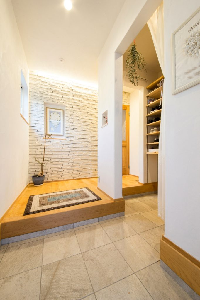 上品な白で統一された間接照明が映える玄関