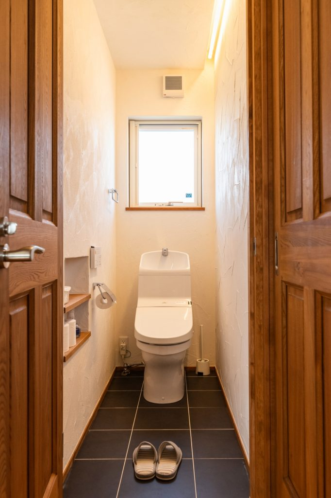 濃いめのタイルが引き立つトイレ
