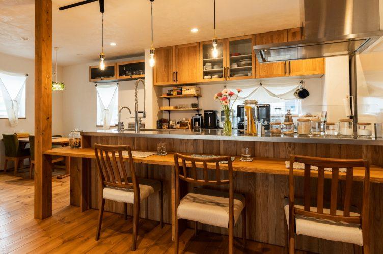 可愛い!調味料がセンス良く並べられた、木のぬくもりあふれるオープンキッチン。