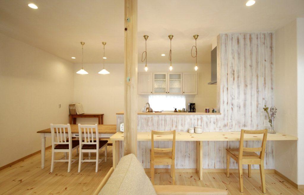 かわいいキッチンのあるプロヴァンス住宅