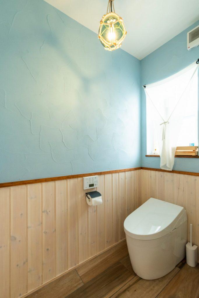 無垢の腰壁×ブルーの塗り壁